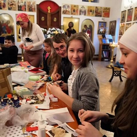 В преддверии Пасхи Христовой молодые представители Софийского храма готовят поздравления для подопечных прихода с ограниченными возможностями здоровья