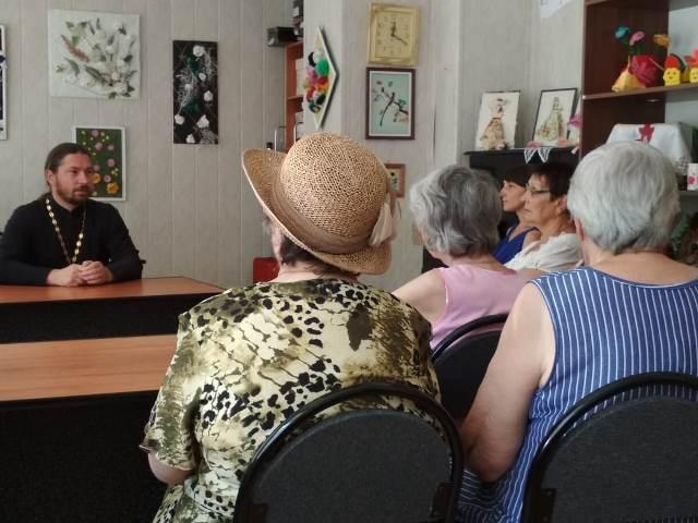 Беседа со священником о празднике Святой Троицы прошла в центре социальной защиты населения Ленинского района Ростова