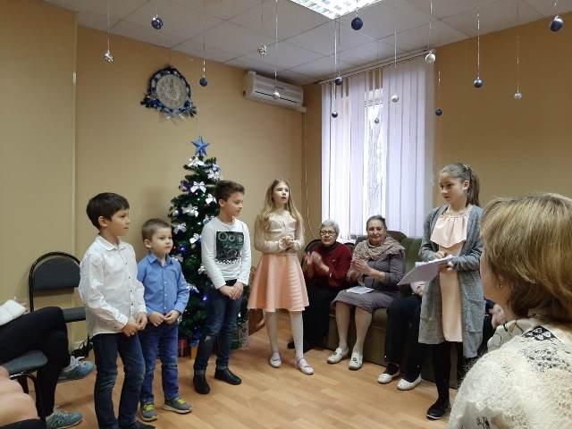 Ученики воскресной школы и приходской молодежный клуб «Лампа» Софийского храма поздравили пожилых людей с Рождеством Христовым