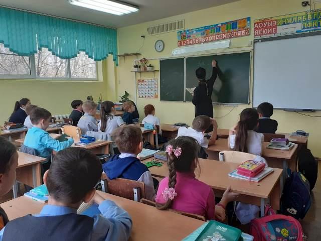 Настоятель Софийского храма протоиерей Анатолий Гомоюнов провел урок в общеобразовательной школе №113, посвященный Дню православной книги